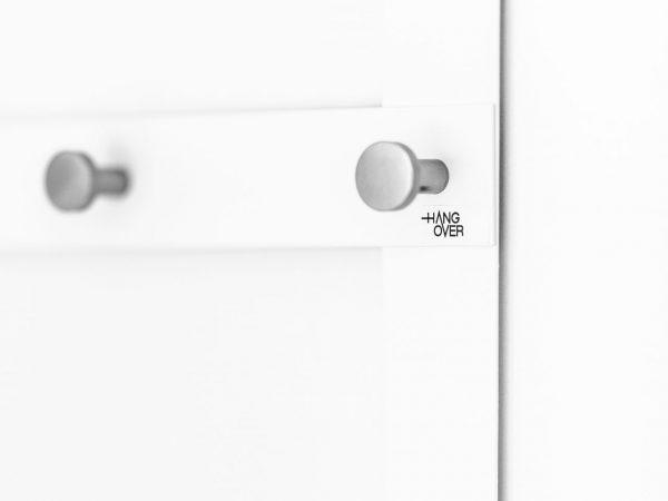 Vit dörrhängare med knoppar i borstat aluminium